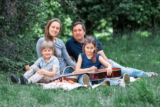 피크닉 일요일에 행복 한 가족의 초상화입니다.