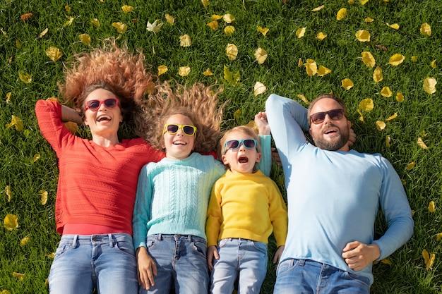 행복한 가족 야외 아버지 어머니 딸과 아들 가을 공원에서 재미의 초상화