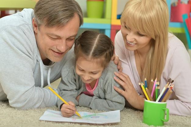 Портрет счастливой семьи, живопись дома