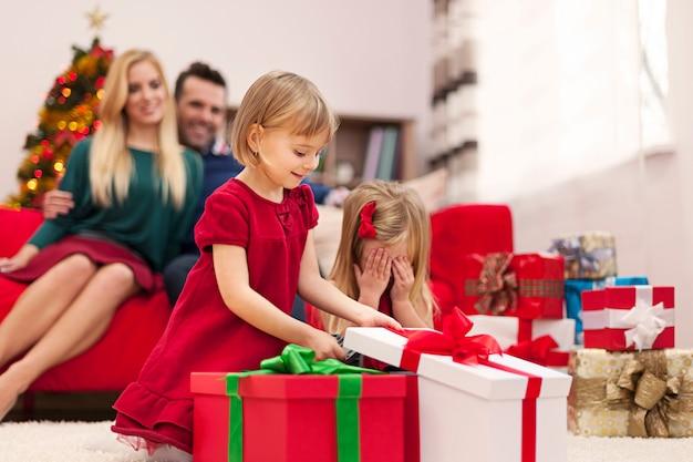 クリスマスの時期に遊んで幸せな家族の肖像画