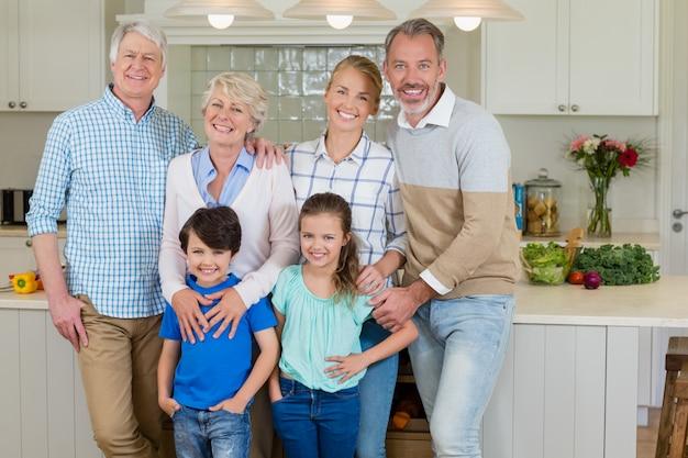 キッチンに立っている幸せな家族の肖像画