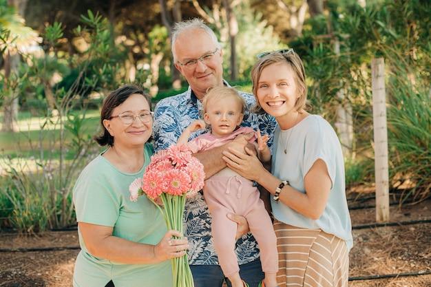 小さな子供と幸せな家族の肖像画
