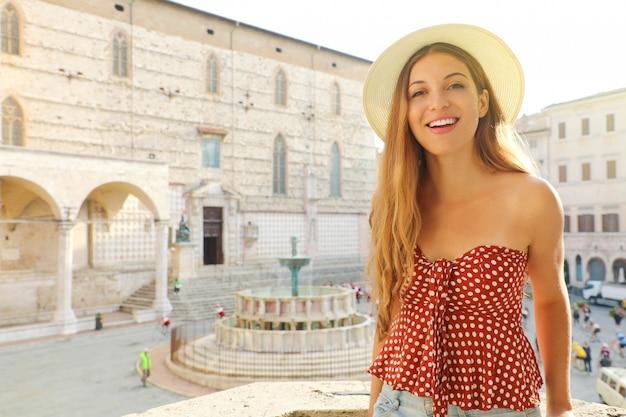 이탈리아 여행 행복 패션 여자의 초상화. 페루자, 이탈리아의 오래 된 중세 도시를 방문하는 아름 다운 여자.