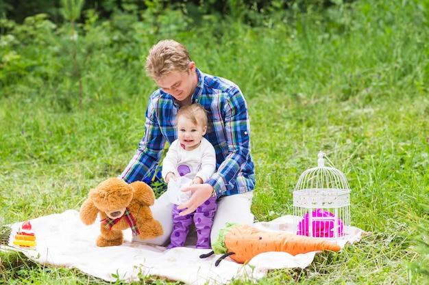 幸せな父と自然の中で彼の愛らしい小さな娘の肖像画