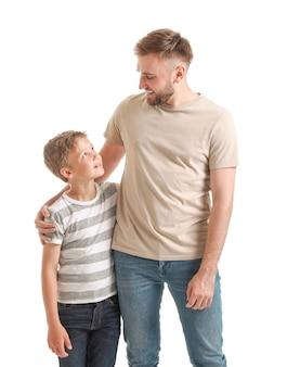 Портрет счастливого отца и сына на белом фоне
