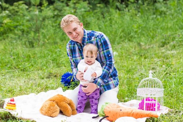 夏の公園で娘と一緒に幸せな父の肖像画。