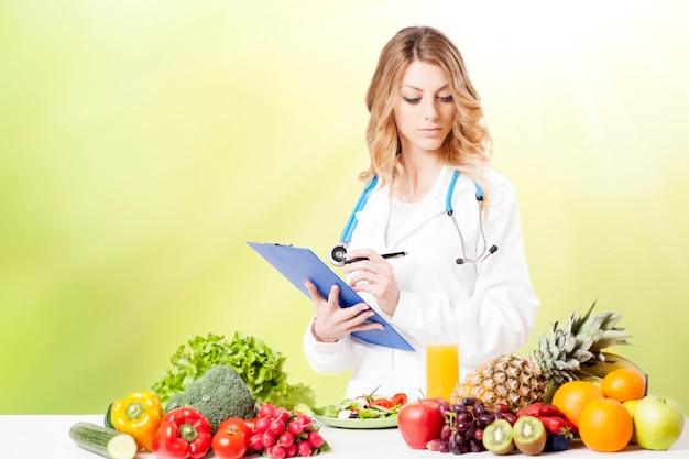 新鮮な野菜と幸せな女性栄養士の肖像画