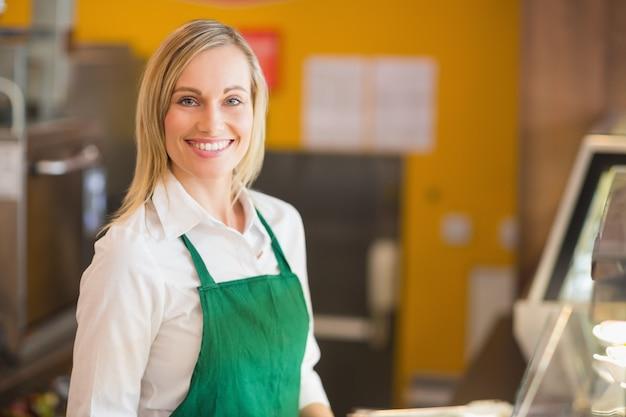幸せな女性の店主の肖像