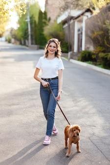 Портрет счастливой женщины, прогуливающейся со своим питомцем на досуге