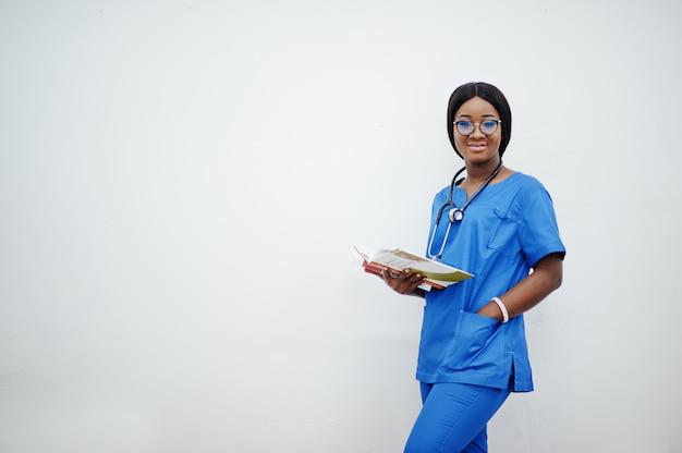 Портрет счастливый женский молодой педиатр в синей форме пальто и стетоскоп с книгами на руках