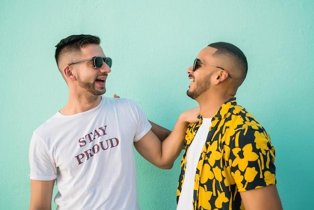 거리에서 함께 좋은 시간을 보내고 행복 한 게이 커플의 초상화