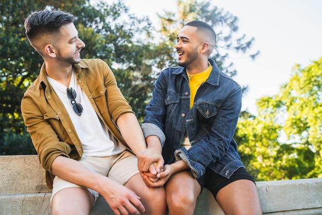 一緒に時間を過ごすと公園でデートをして幸せなゲイのカップルの肖像画。 lgbtと愛の概念。