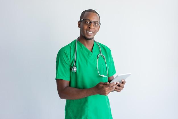 Портрет счастливого врача общей практики с цифровой планшета.