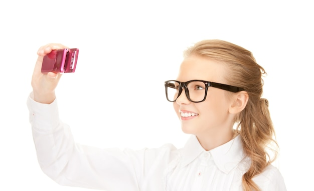 Портрет счастливой девушки фотографируя с мобильного телефона