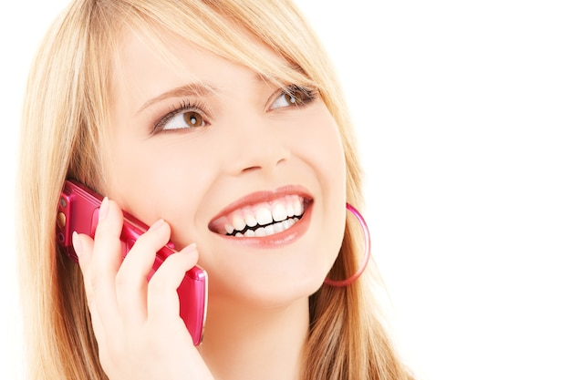 분홍색 전화를 가진 행복 한 여자의 초상화