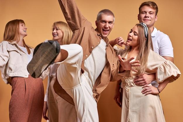 Портрет счастливой группы кавказской молодежи с удовольствием