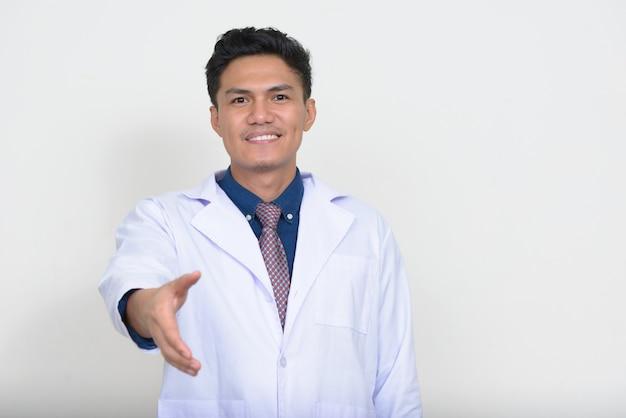 웃 고 행복 한 잘 생긴 아시아 남자 의사의 초상화