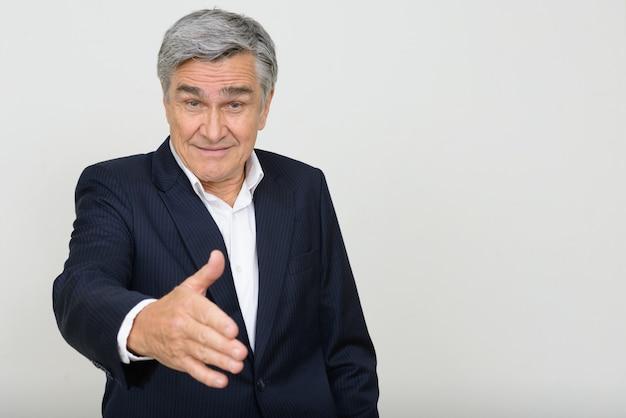 Портрет счастливого красивого старшего бизнесмена, давая рукопожатие