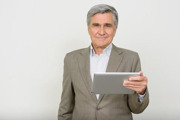 디지털 태블릿을 사용 하여 행복 한 잘 생긴 수석 사업가의 초상화