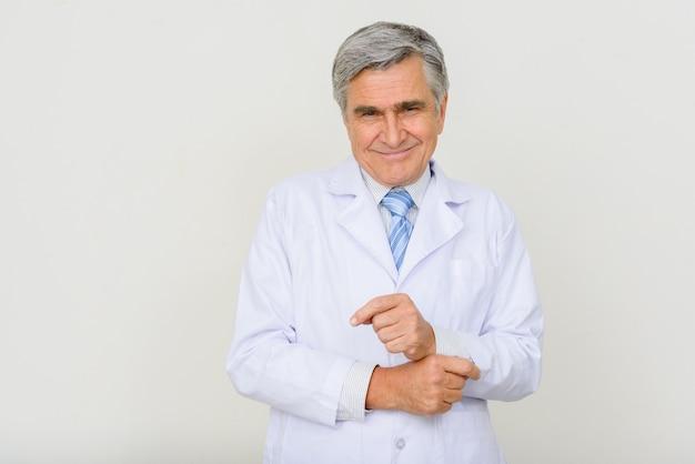 Портрет счастливого красивого старшего доктора улыбается