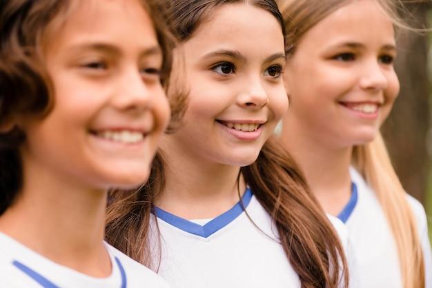 Портрет счастливых детей в спортивной одежде на открытом воздухе