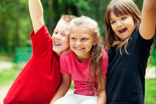 幸せな子供たちの肖像画