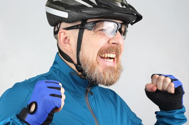 Портрет счастливого смеющегося бородатого велосипедиста