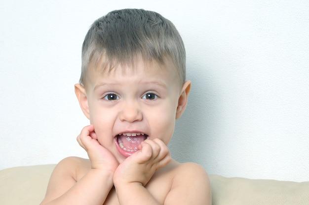 행복 한 어린 소년의 초상화입니다. 부주의의 아이들의 행복