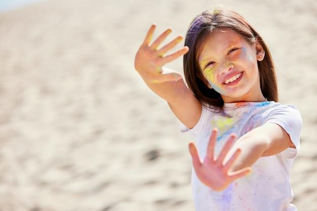 Портрет счастливой маленькой девочки в холли красках