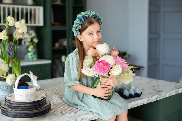 Портрет счастливой маленькой девочки с букетом цветов празднование дня матери