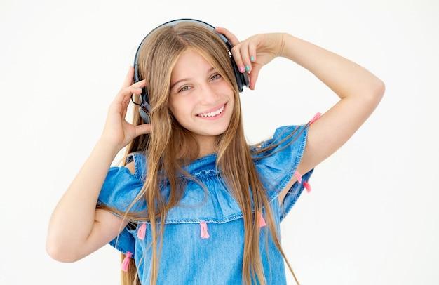 ヘッドフォンで幸せな少女の肖像画