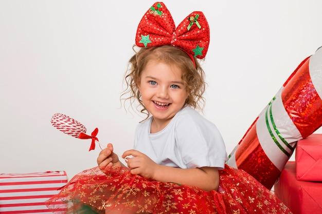 クリスマスの幸せな少女の肖像画