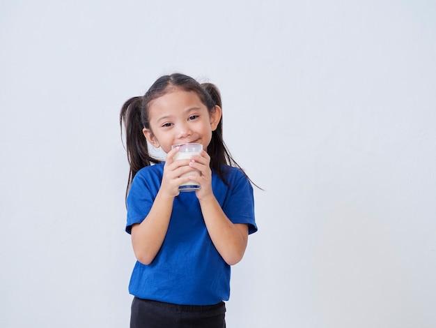 빛에 우유의 유리와 함께 행복 한 어린 소녀의 초상화