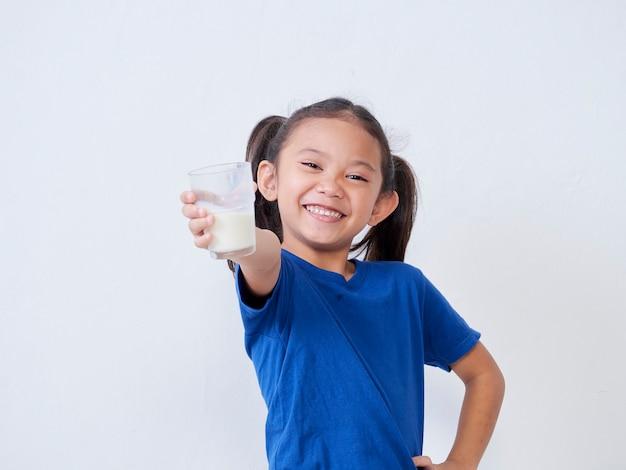 光の上のミルクのガラスと幸せな少女の肖像画