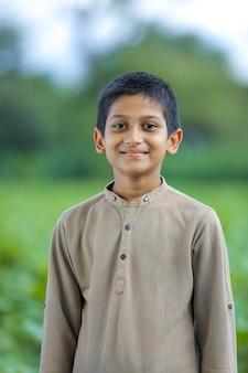 幸せな小さなインド/アジアの少年のポートレート