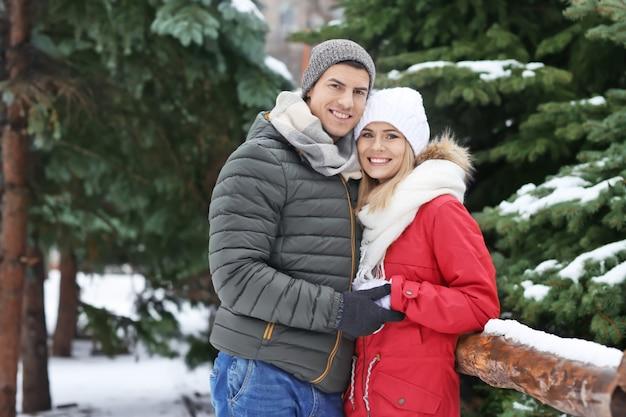 Портрет счастливой влюбленной пары в зимнем парке