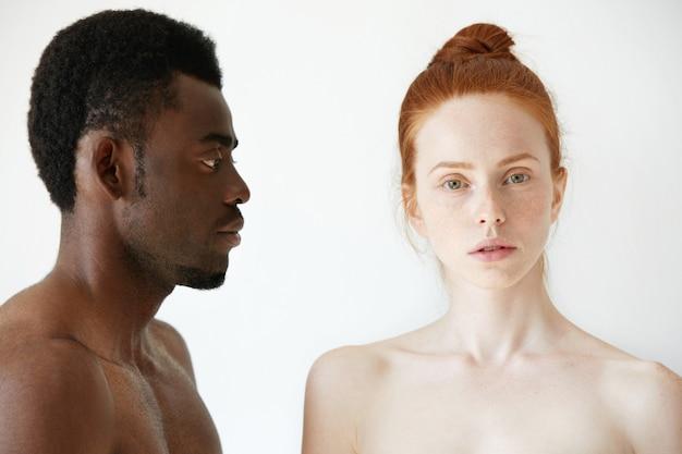 幸せな愛情のある異人種間のカップルの肖像画