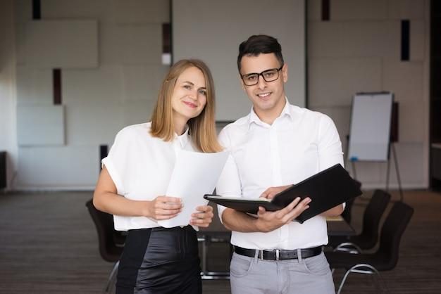 幸せな男性と女性の同僚の肖像