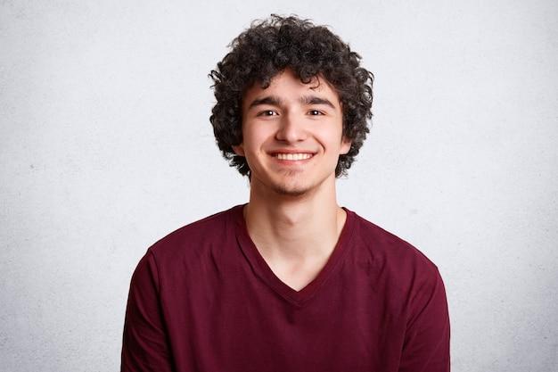 Портрет счастливого мужчины с широкой улыбкой