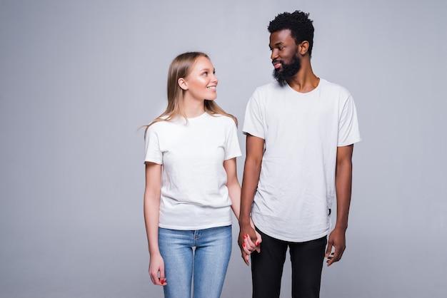 행복 한 남자와 여자의 초상화는 흰색 스튜디오 벽에 고립 된 서