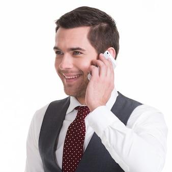 カジュアルに携帯電話で呼び出す幸せな男の肖像画-白で隔離。コンセプトコミュニケーション。