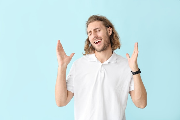 色の背景に幸せな男の肖像画