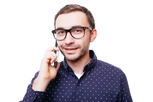 흰 벽에 고립 된 전화 통화하는 행복 한 남자의 초상화