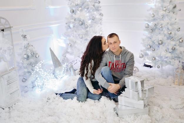 クリスマスの幸せな夫婦の肖像画
