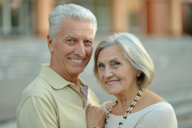町で幸せな成熟したカップルの肖像画