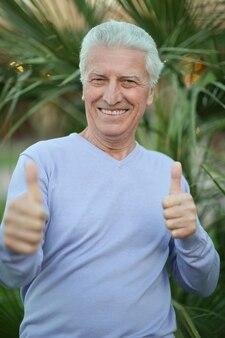 엄지손가락을 몸짓으로 행복 한 성숙한 남자의 초상화