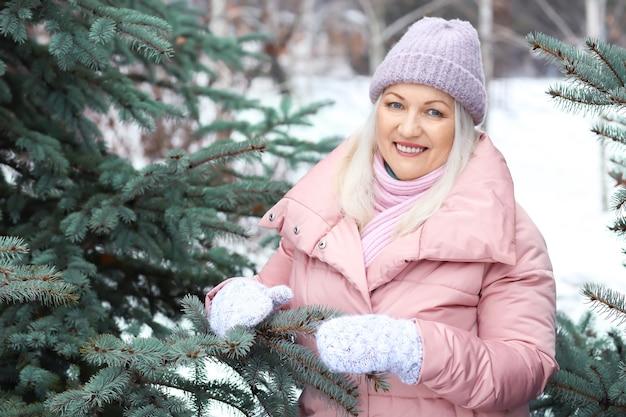 冬の公園で幸せな成熟した女性の肖像画