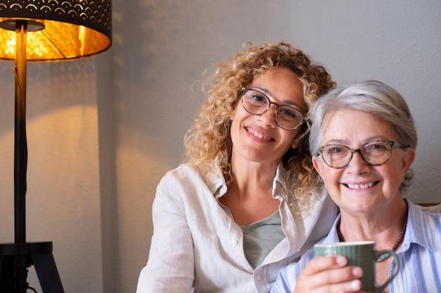 家で一緒に時間を過ごす幸せな中年女性と年配の母親の肖像画