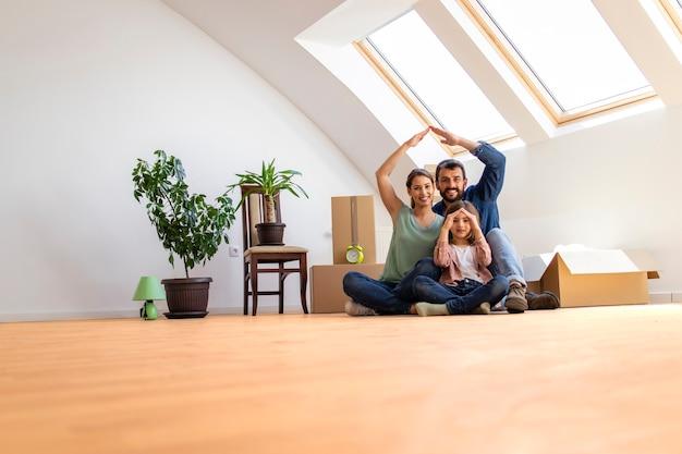 새 집으로 이사하는 아이들과 함께 행복한 현대 가족의 초상화