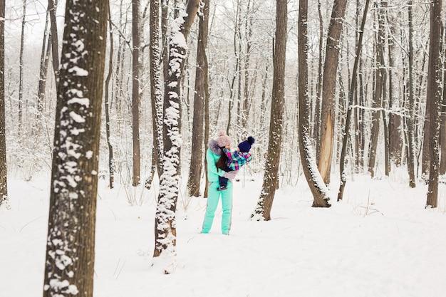 Портрет счастливой матери и ребенка в зимнем парке